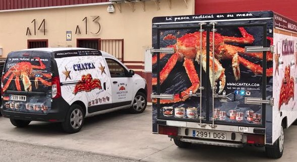 """Por eso Chatka Seafood ha decidido renovar toda su flota logística para adaptarla a las últimas necesidades del mercado. Nuestro lema: """"Del mar a su mesa"""" es ahora más fuerte que nunca gracias a un nuevo dispositivo de camiones adaptados a las necesidades de cada uno de nuestros productos, lo que garantiza al 100% su frescura, óptimo estado de conservación y calidad"""